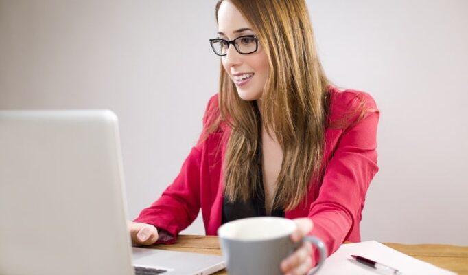 laptop-desk-writing-person-girl-woman-1058103-pxhere.com